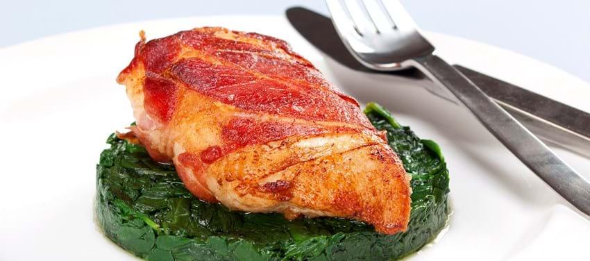 Kylling i sprød skinke på spinat