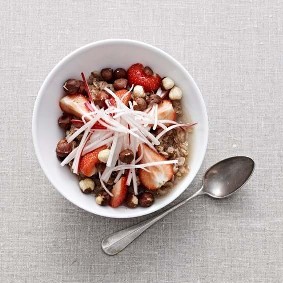 Havregrød med hasselnød, skyr og friske jordbær