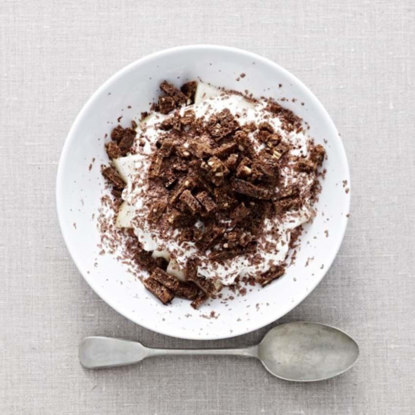 Hytteost og yoghurt med melon, reven rugbrød og mørk chokolade