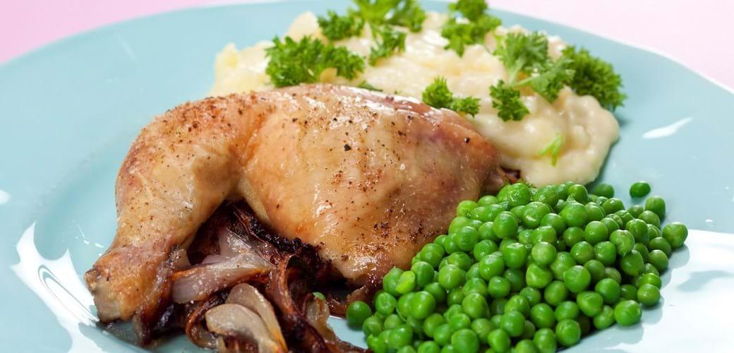 Kylling med bagte løg, mos og ærter
