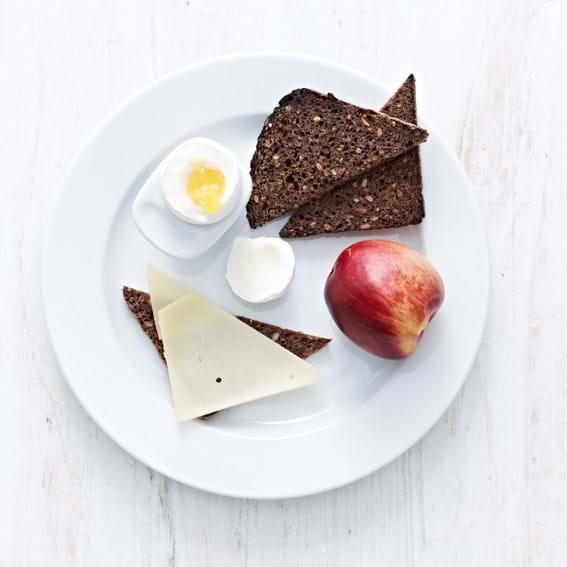 Blødkogt æg med ristet rugbrød og ost, barn
