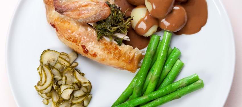 Kylling med grønne asparges og agurkesalat