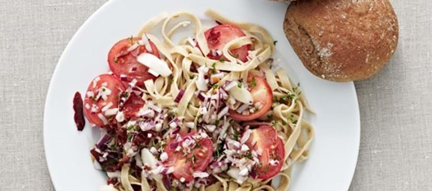 Pasta med mynte, asparges og små tomater