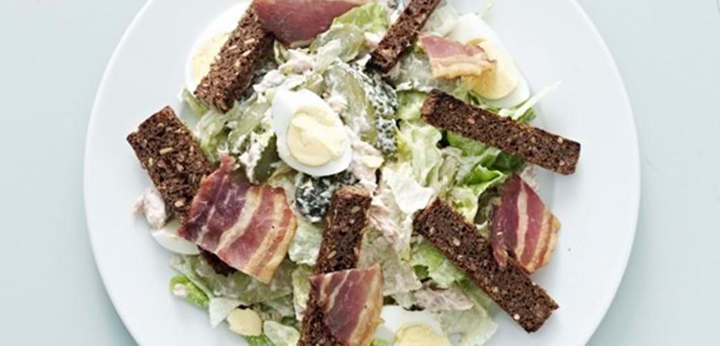 Tun med æg, salte agurker og sprødt bacon