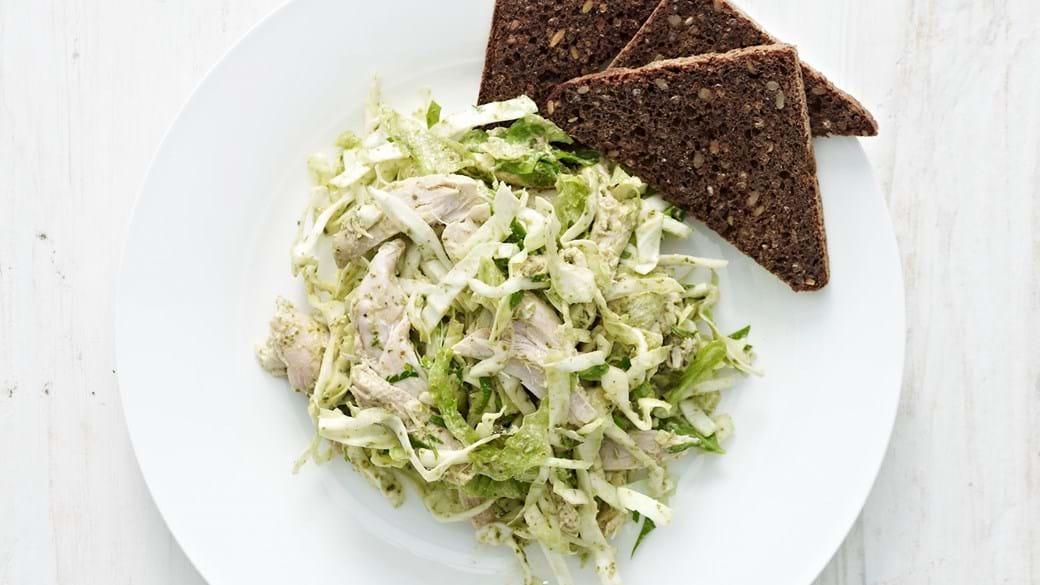 Salat med grøn pesto, kål og kylling