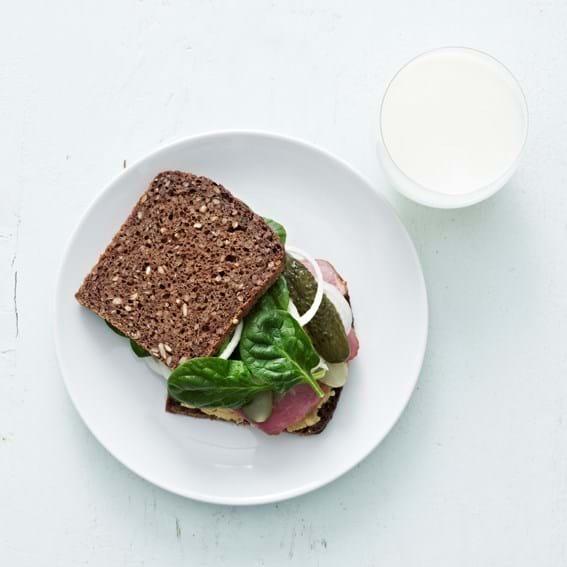 Sandwich med puré af gule ærter og pastrami, barn