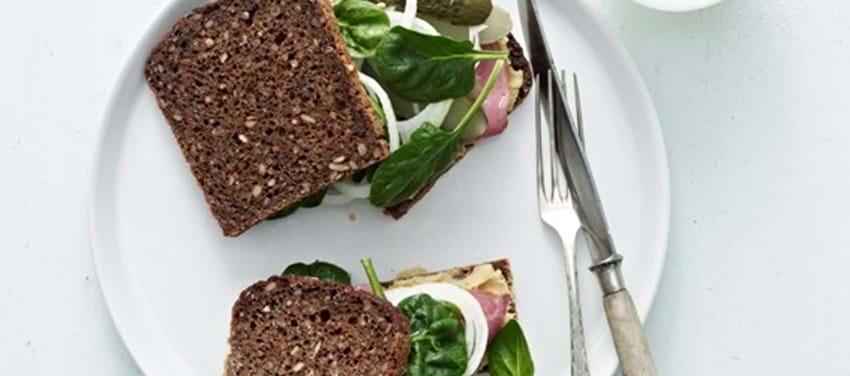Sandwich med pure af gule ærter og pastrami, voksen
