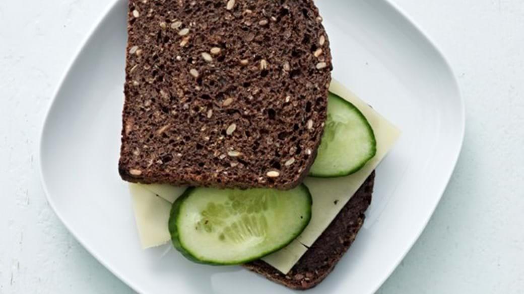 Rugbrød med oliventapenade og ost