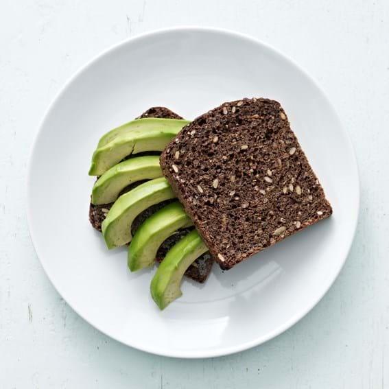 Rugbrød med tahin og avocado