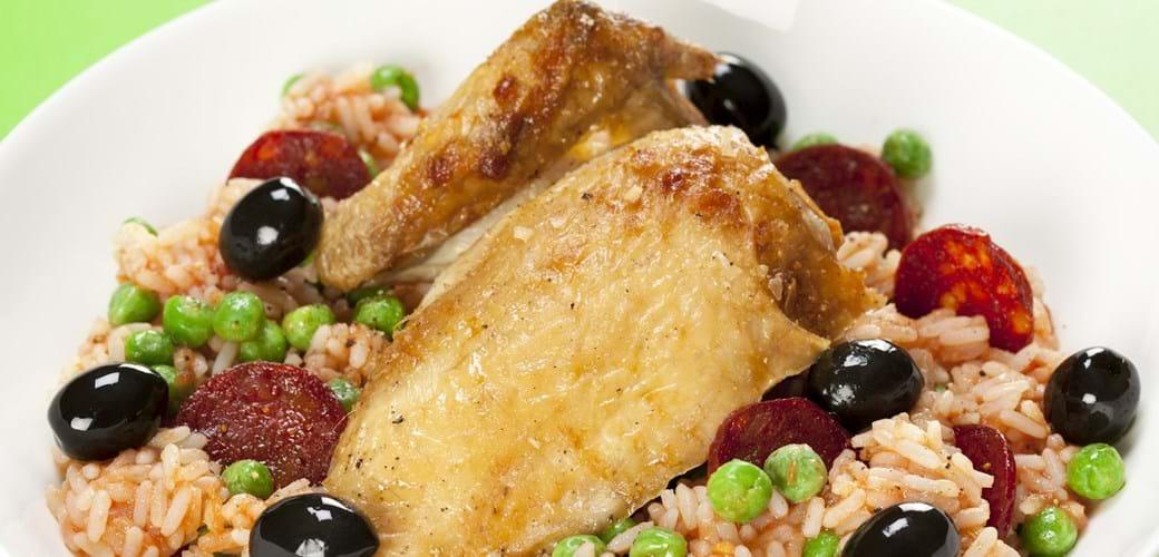 Kylling med tomatiserede ris, chorizo og oliven