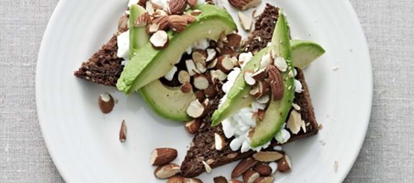 Ristet rugbrød med avocado og mandler