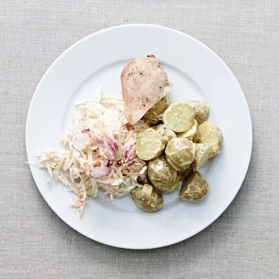 Sommercoleslaw, nye kartofler og stegt kylling
