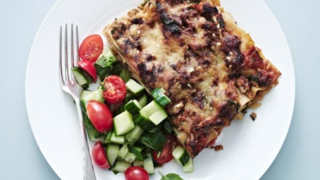 Lasagne med spinat og svinekød. Hertil frisk salat af tomat og agurk