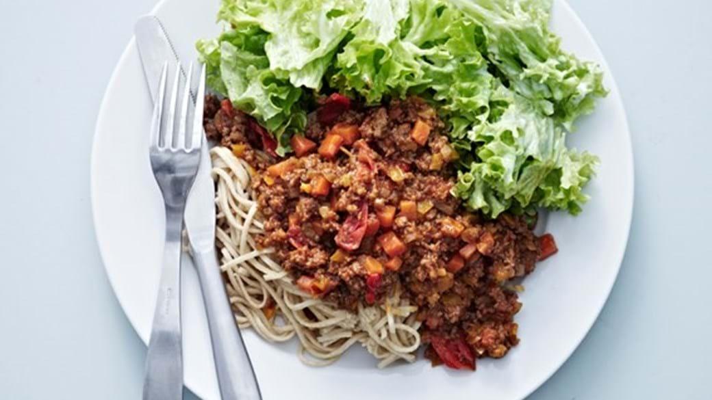 Spagetti bolognese med grøn sommersalat