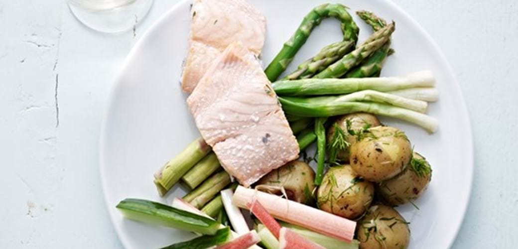 Grønne asparges, nye kartofler og dampet laks