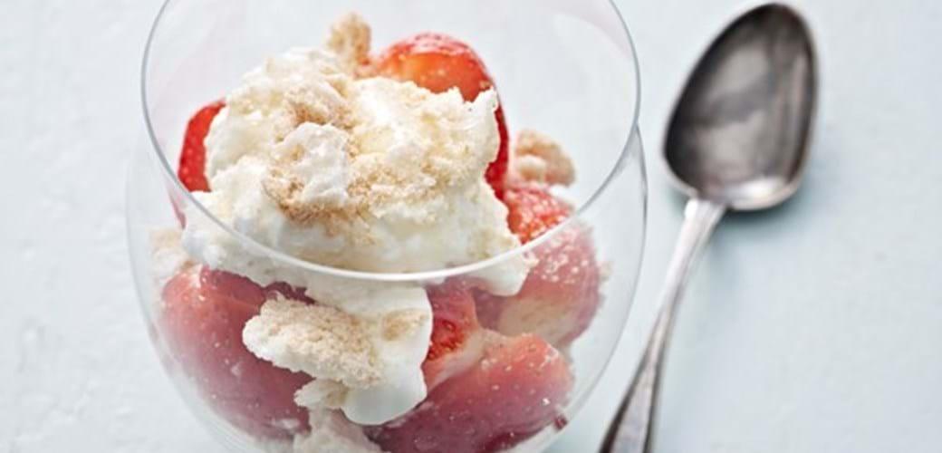 Trifli med jordbær og makroner