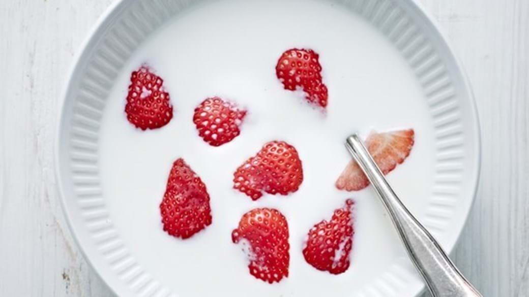 Nye danske jordbær med mælk