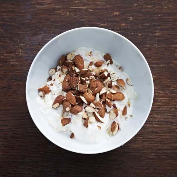 Råkost på æbler og pærer i yoghurt og ristede mandler