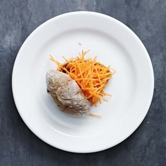 Fuldkornsbrød med råkost af æblemostmarineret gulerod
