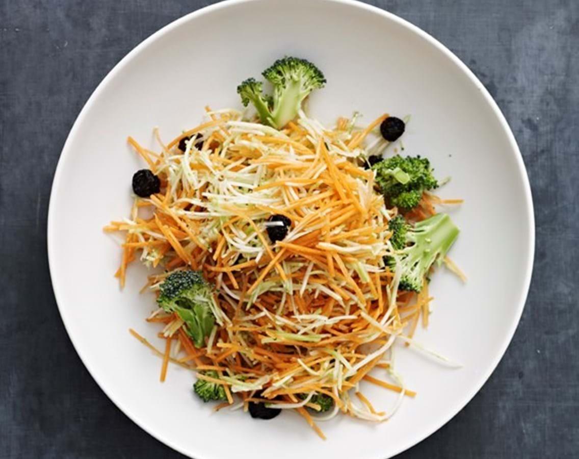 Råkost af marineret gulerod og broccoli