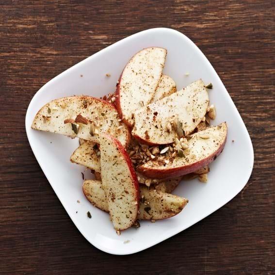 Æblebåde vendt i mandler, græskar og kanel