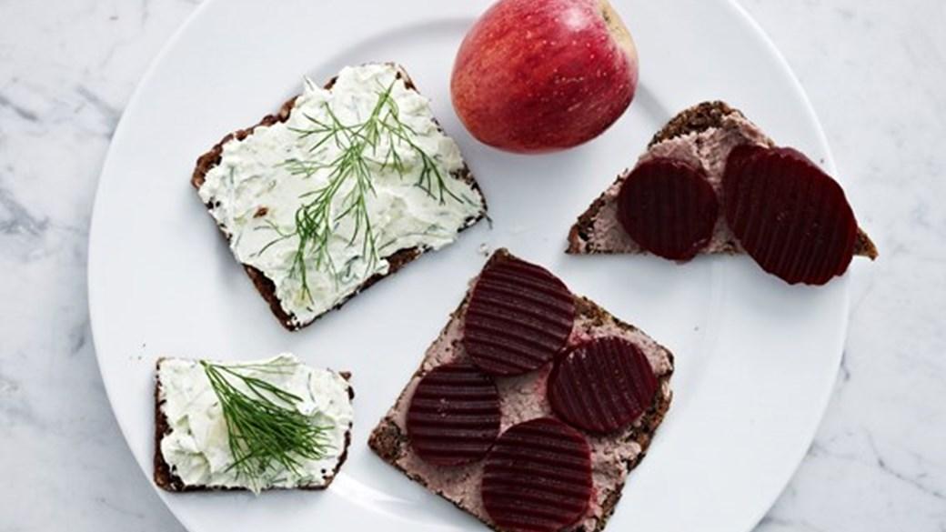 Leverpostejsmad og rugbrødsmad med avocado og smøreost