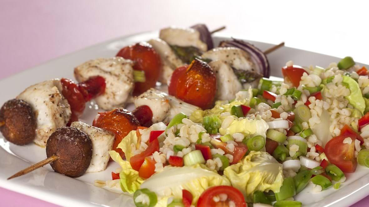 Kyllingespyd med svampe og tomater og bulgursalat
