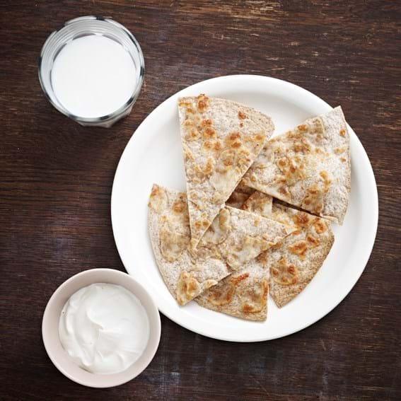Gratinerede tortillas og tahinyoghurt
