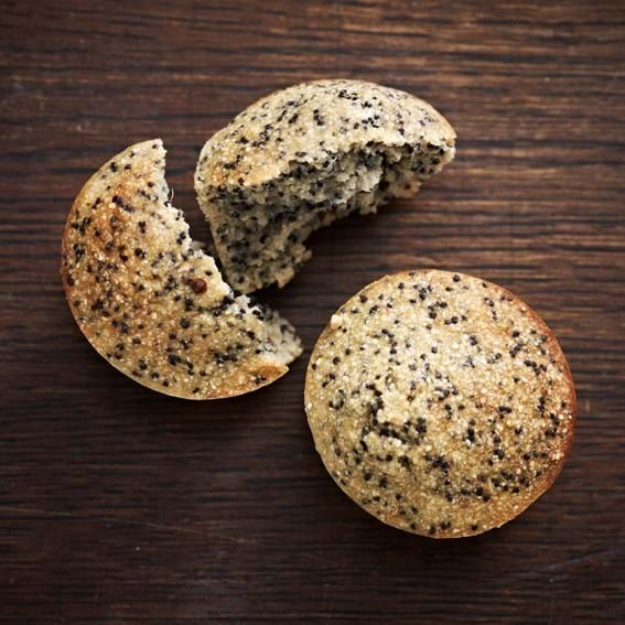 Grove små citronmuffins med blå birkes og ingefær
