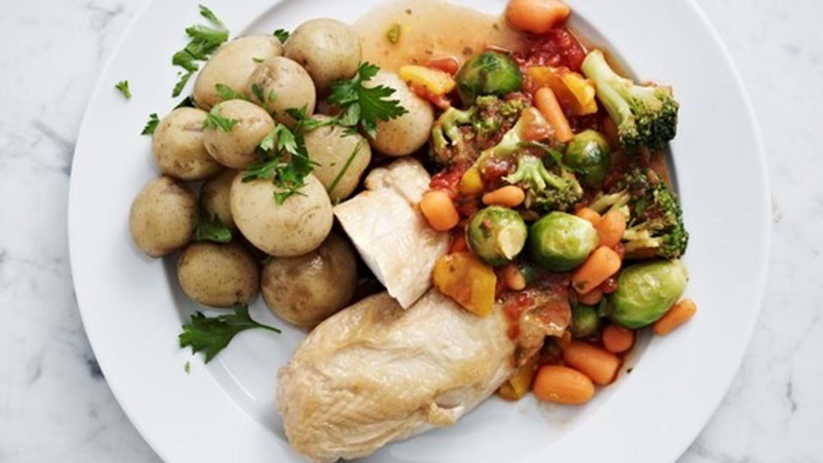 Frostgrønt med tomatsovs, frisk basilikum og stegt kyllingebryst