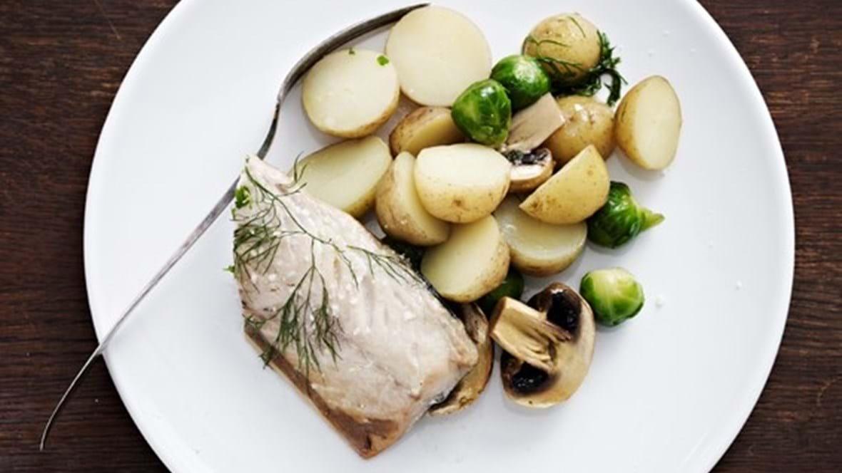 Makrel i kål med kartofler, champignon og dild