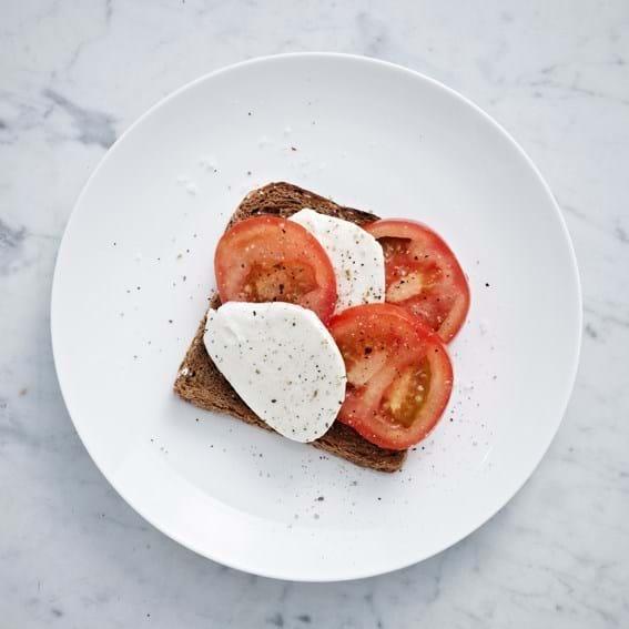 Toast med mozzarella og tomat
