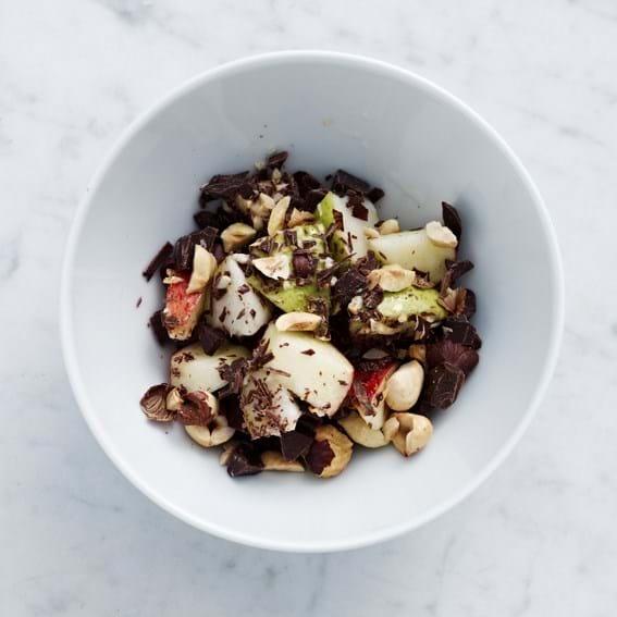 Efterårsfrugter med mørk chokolade og ristede hasselnødder
