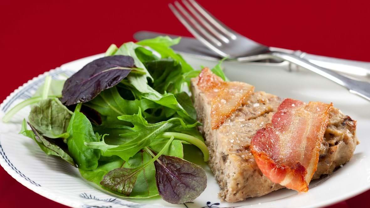 Kødtærte med svampe og spæde salater