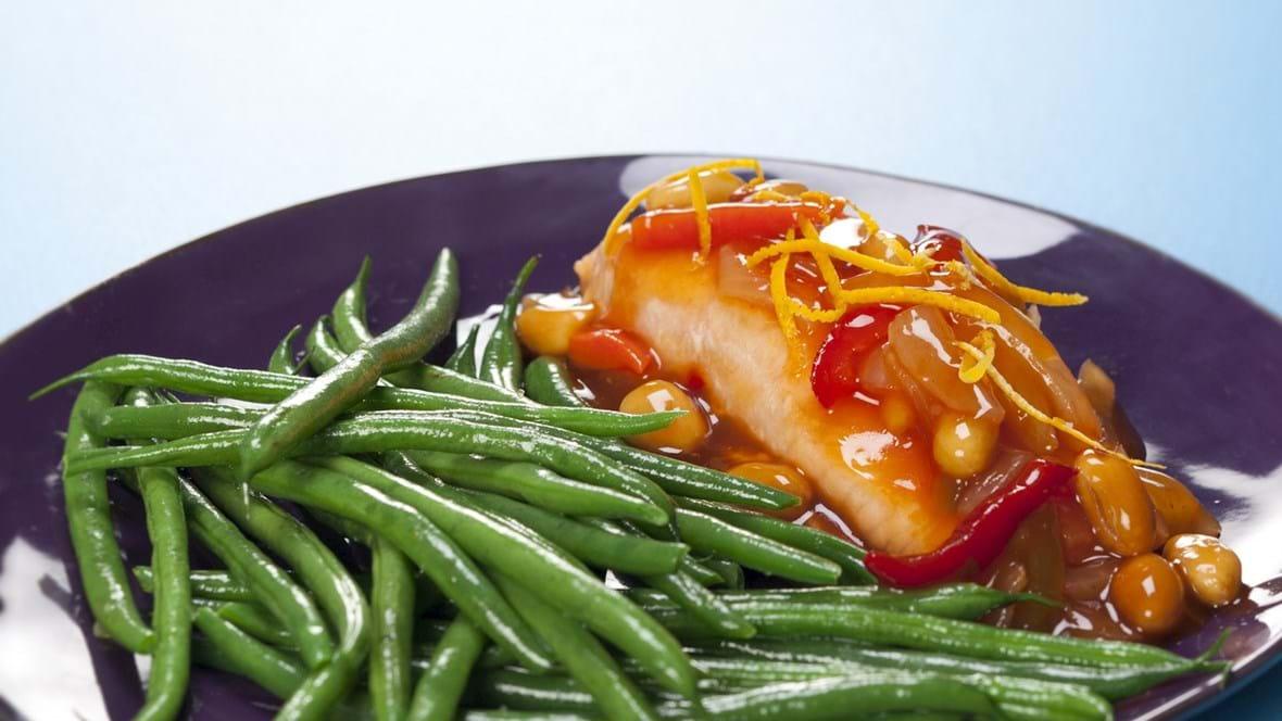 Laks med grønne bønner og sur-sød sauce