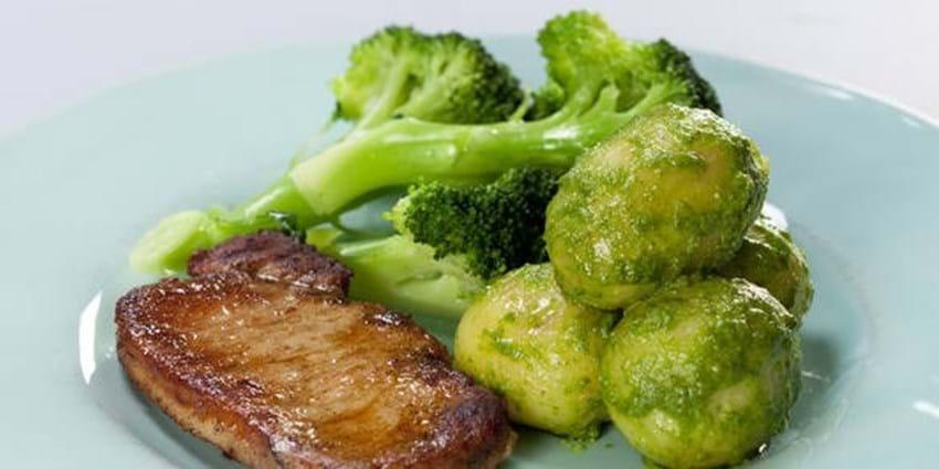 Svinekotelet med broccoli og pestomarinerede kartofler