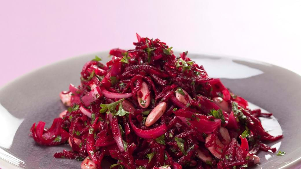 Rødbederåkost med hvide bønner, 2 slags løg og persille
