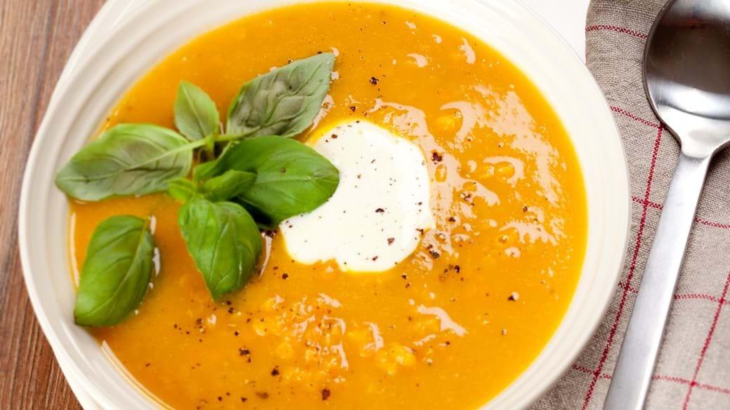 Rød linsesuppe med cremefraiche og basilikum
