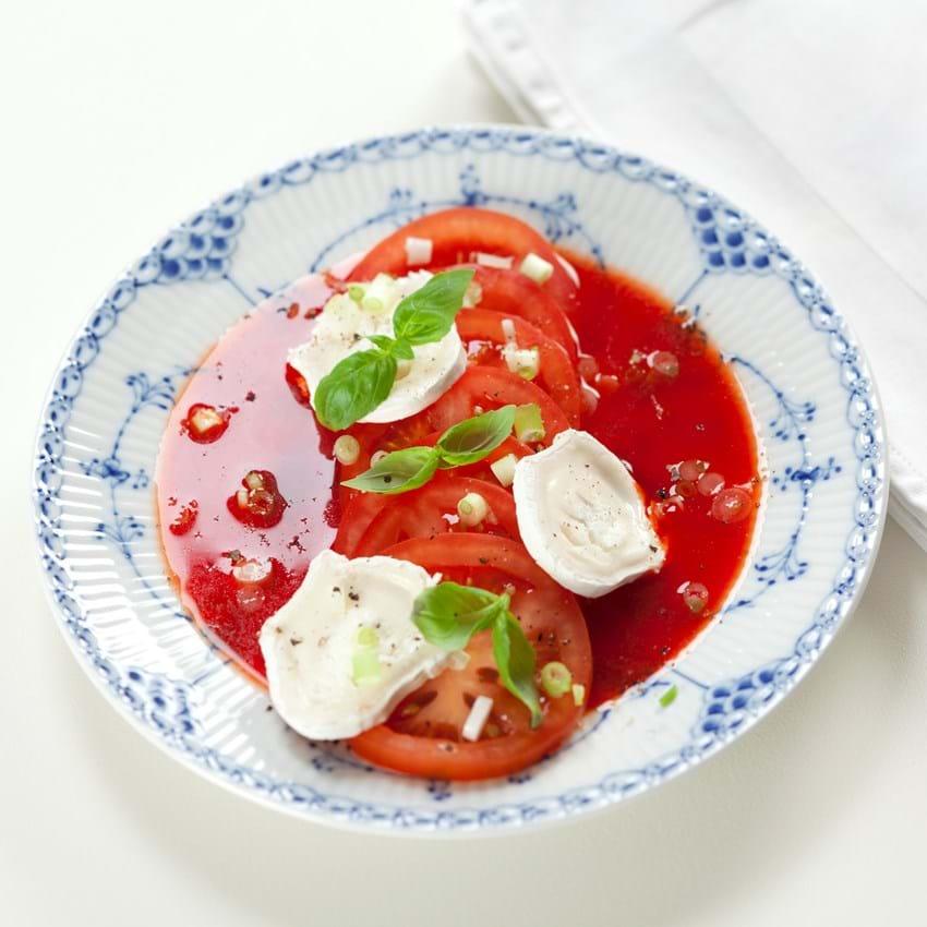 Rød pebersauce med tomater og gedeost