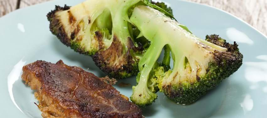 Langtidsbagte nakkekoteletter med broccoli og krydderurtecreme