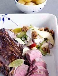 Helstegt hjorteryg med æble-pære salat à la waldorf