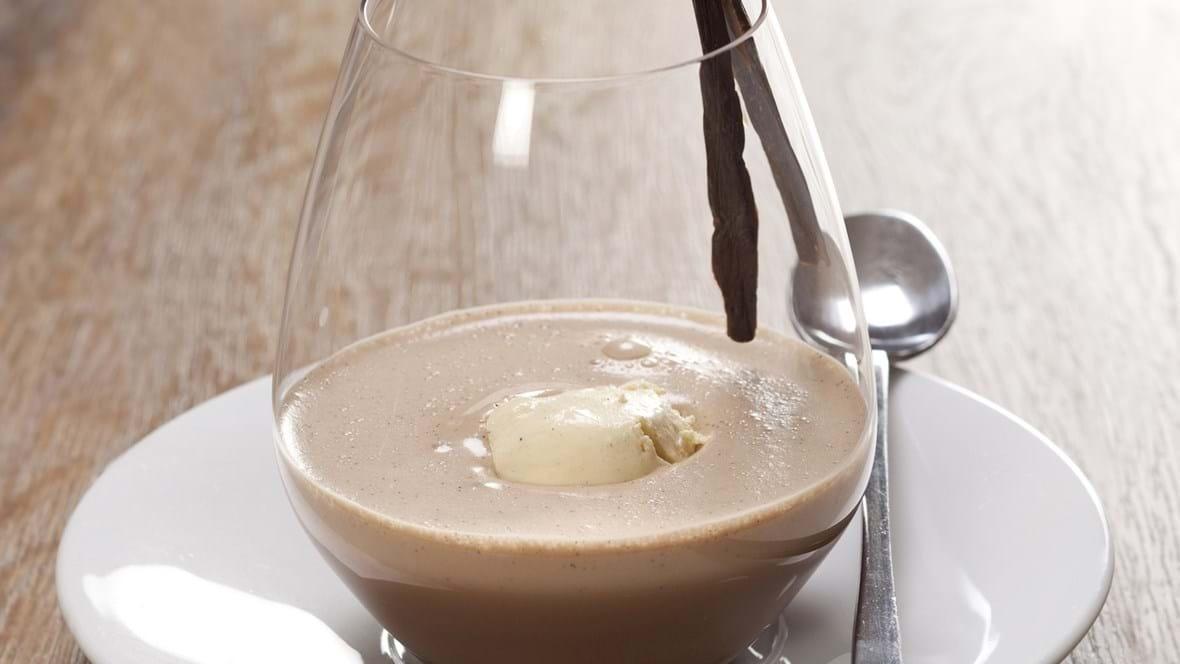 Lun chokolade med kaffe og vaniljeis