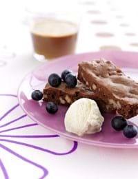 Brownie med vaniljeis og blåbær