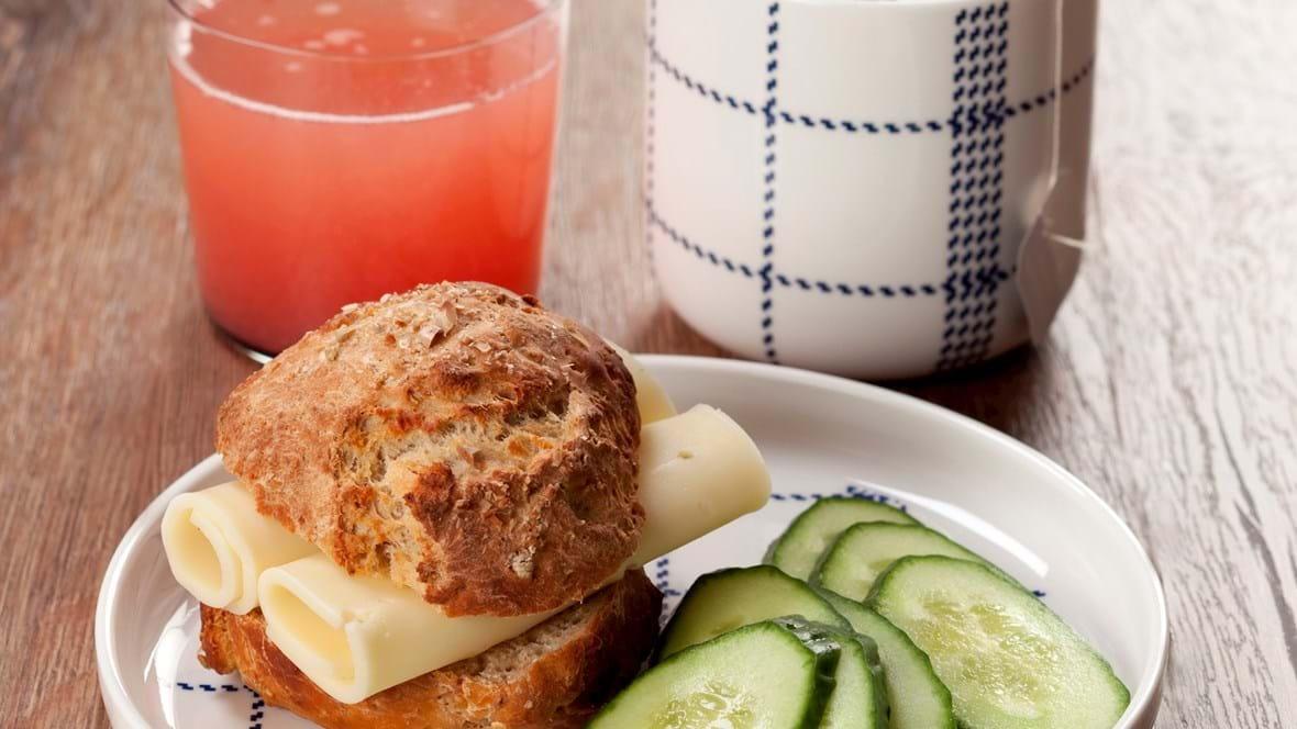 Morgenbolle med ost og rosa grapejuice
