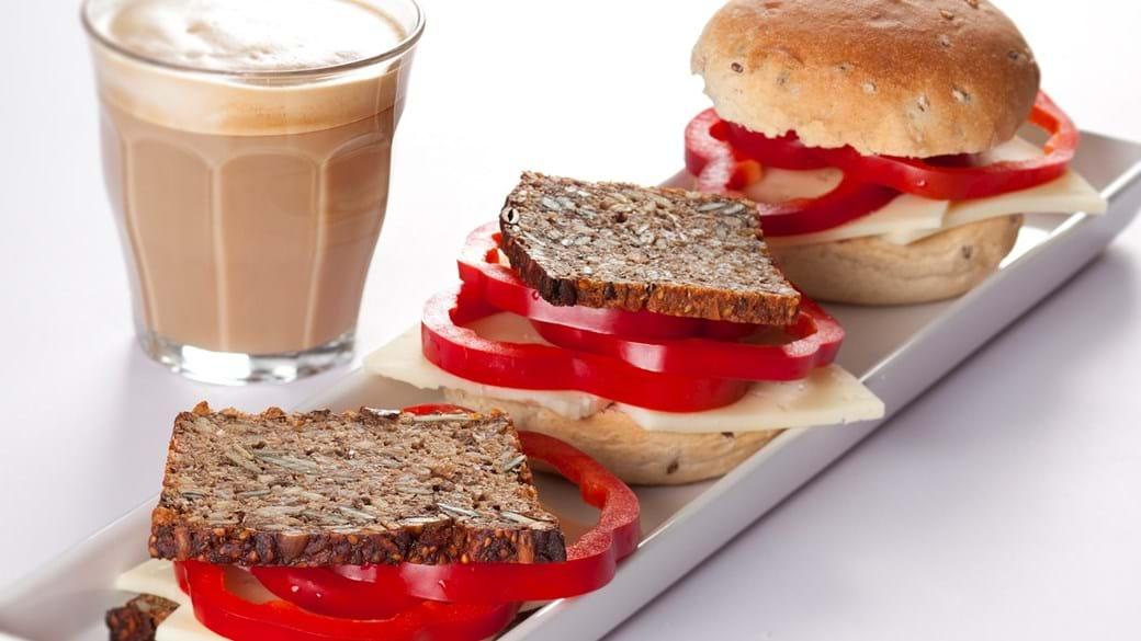 Morgenbolle med ost og rød peber