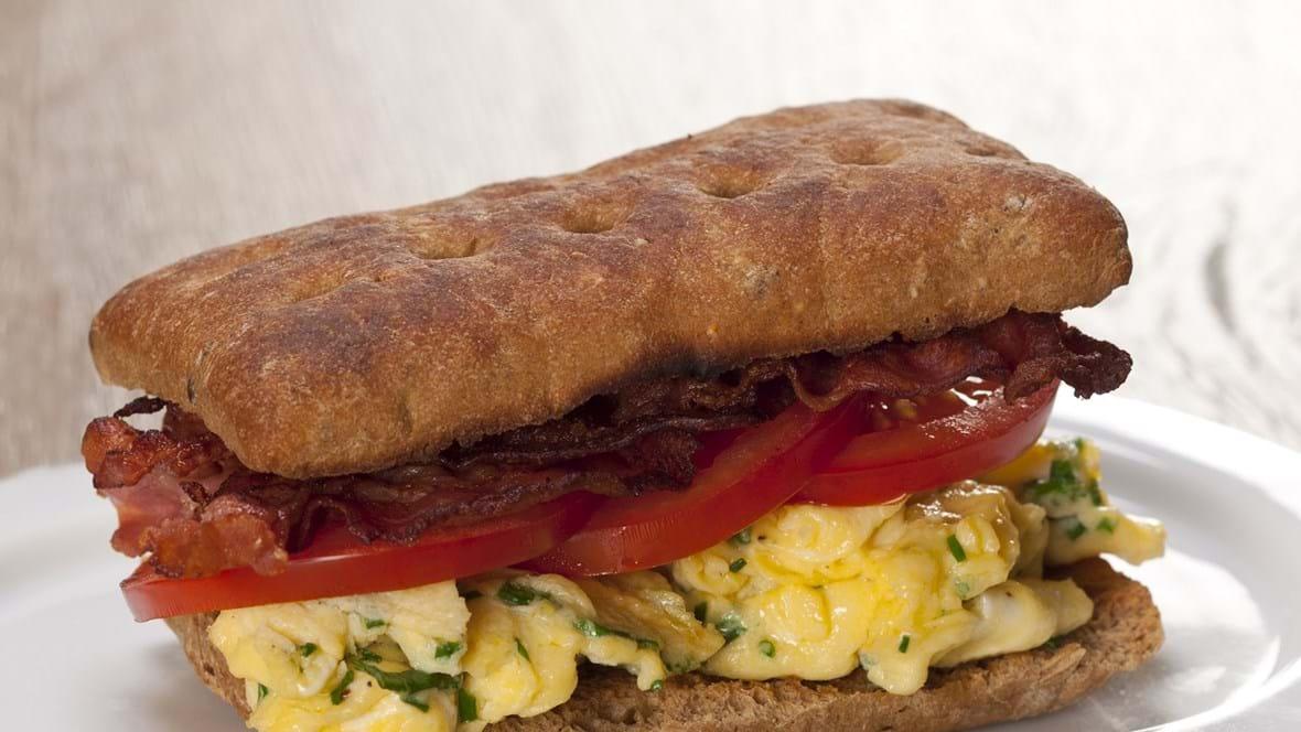 Morgensandwich med røræg og bacon