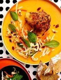 Spicy kyllingeoverlår med hvidkålssalat, spinat og cashewnødder