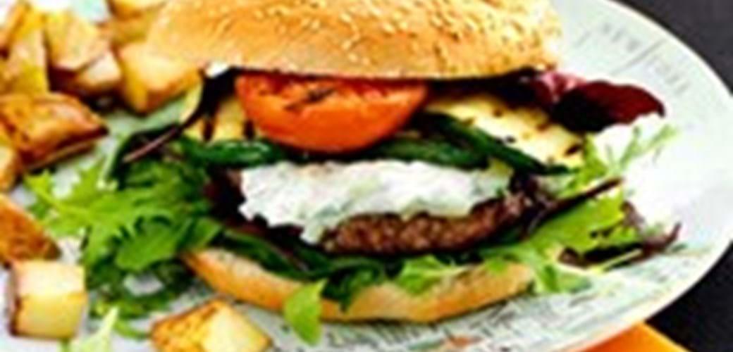 Burger med grillet grønt, tzatziki og råstegte kartofler