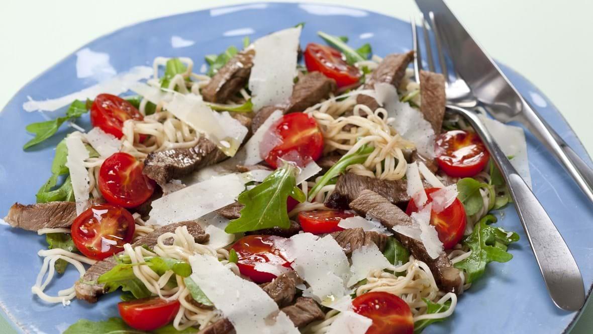 Nudelsalat med kalvekød, rucola, tomater og parmesan