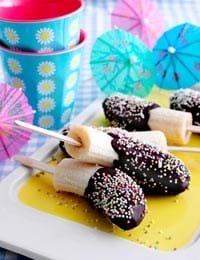 Banan-ispinde med chokolade og drys